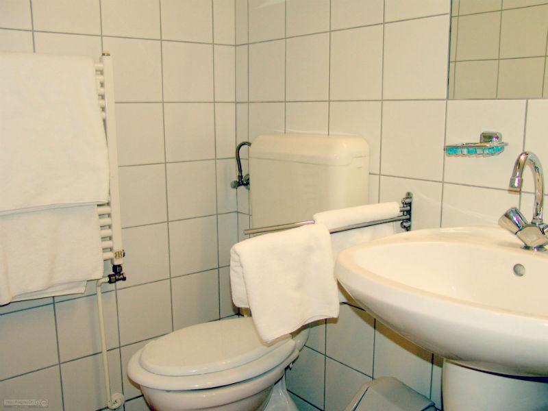 5 accessoires indispensables pour la salle de bains rennestv for Accessoires lavabo salle bain